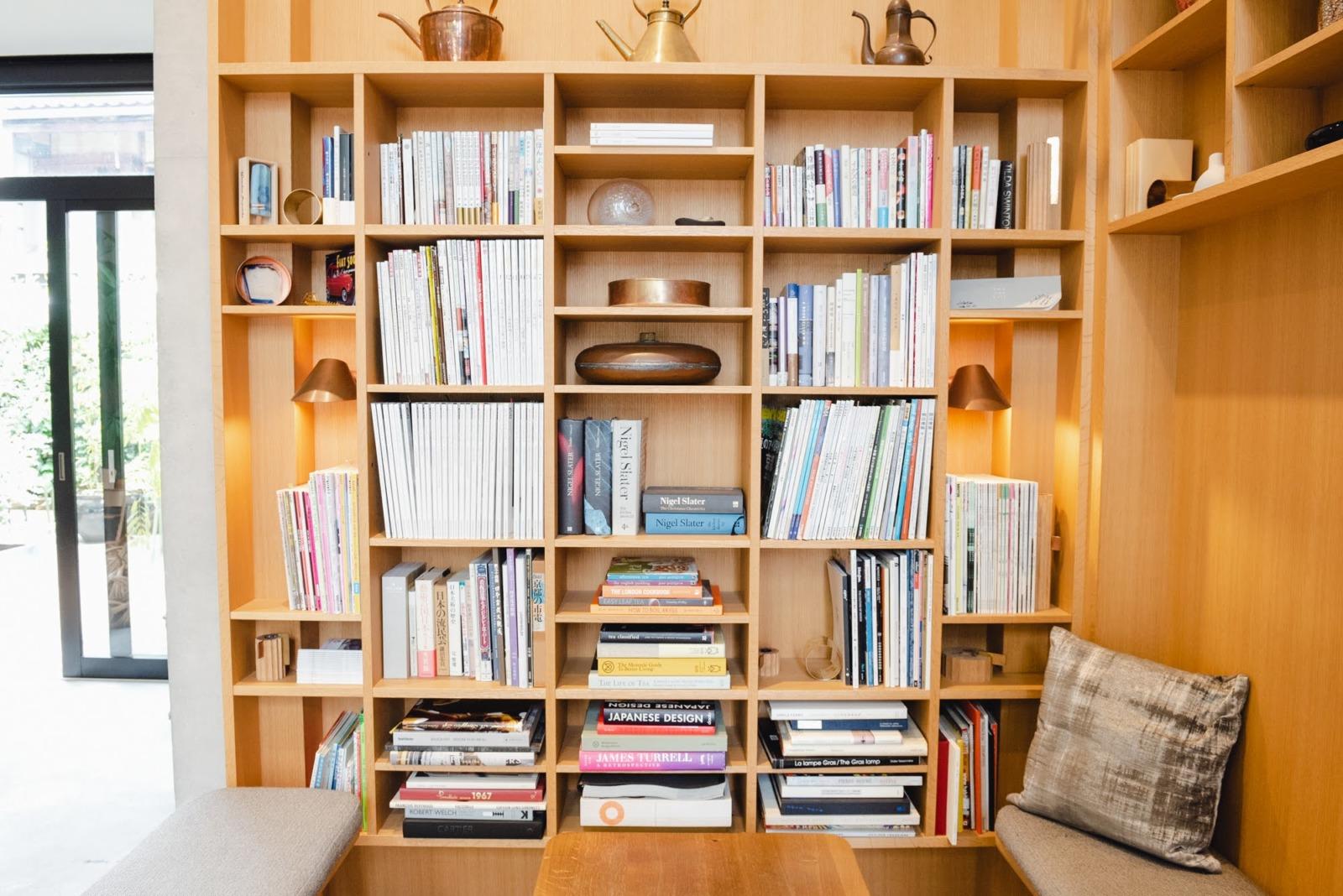 連綿と続く開化堂の歴史とご縁が凝縮された本棚